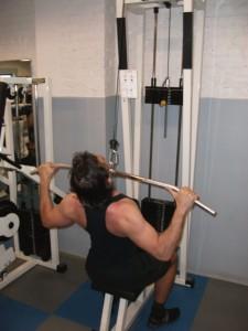 Tirage barre poulie haute pour prendre de la largeur du dos