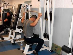 les-vieux-trucs-de-la-musculation-s-apprennent-toujours-en-salle avec-les-anciens