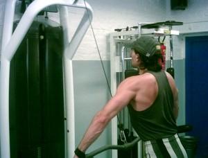 Tirage barre poulie haute pour le dos
