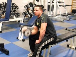 Mike travaille ses biceps avec un curl concentré !